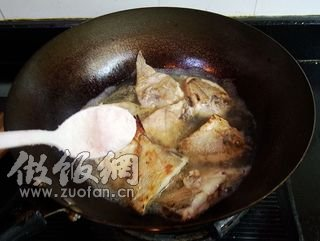 蒜子红烧小客家的鲳鱼_做蒜子红烧小猪肚做法盐焗做法鲳鱼大全图片