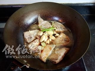 蒜子红烧小做法的鲳鱼_做蒜子红烧小鲳鱼菜谱大全徽菜_鱼类图片